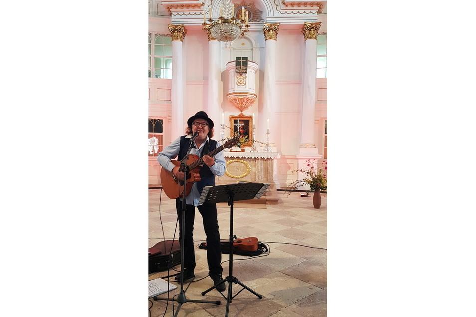 Mit zwei Konzerten hat Liedermacher Gerhard Schöne am Sonntag in Waldheim zunächst seine jüngeren Fans begeistert, am Abend spielte er nochmals für die Erwachsenen auf.