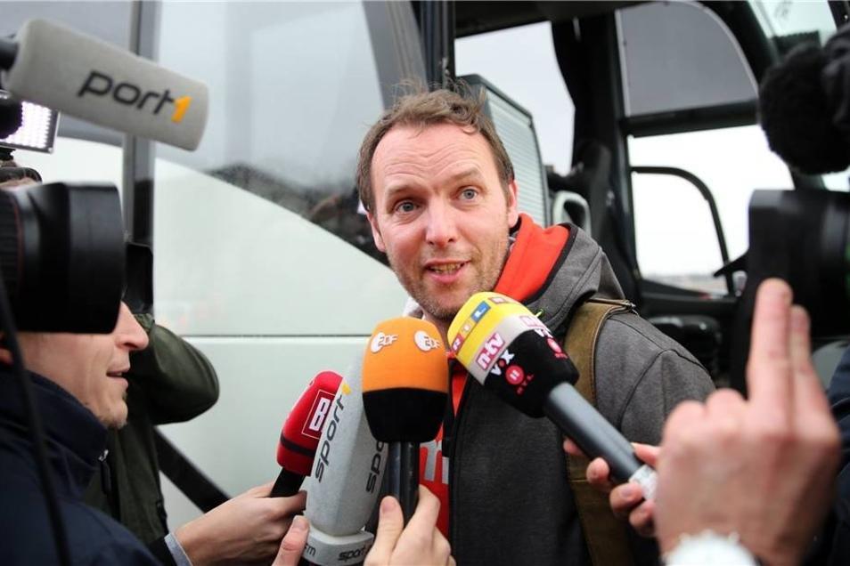 Der Trainer der deutschen Handball-Nationalmannschaft, Dagur Sigurdsson, muss Reportern Fragen beantworten.