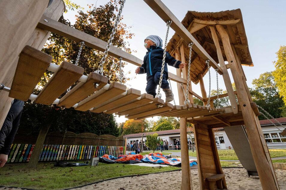 Ein Kind testet das Herzstück des neuen Spielplatzes der Kita Hopfenbachflöhe in Lauterbach. 120.000 Euro flossen in das neue Außengelände.