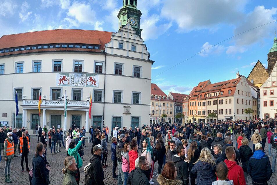 Hunderte versammelten sich am Mittwochabend vor dem Pirnaer Rathaus, um gegen die Corona-Einschränkungen zu protestieren.