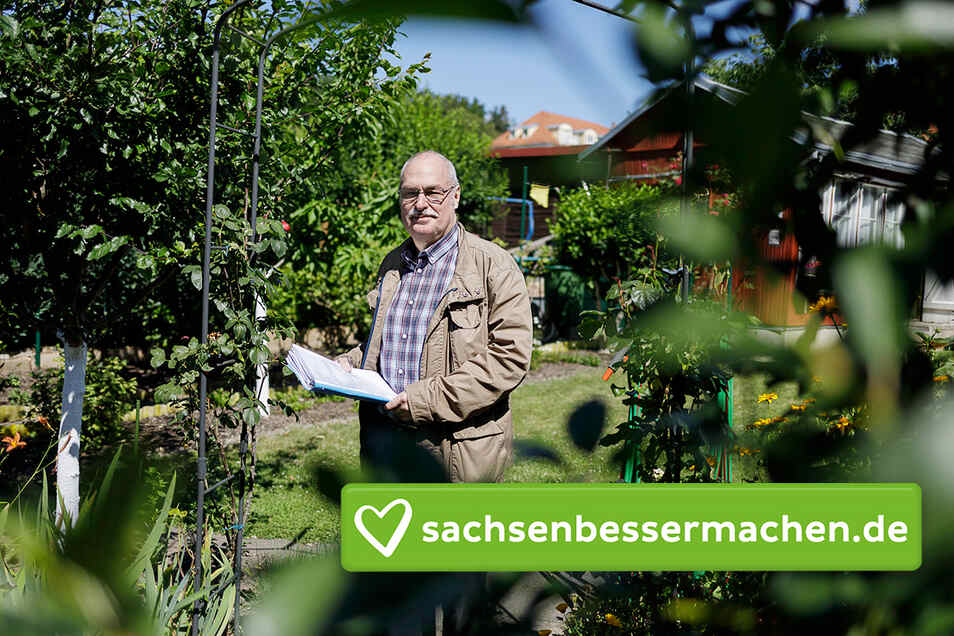 Johannes Topa in seinem Garten, dessen Laube er mit einer Alarmanlage schützt.
