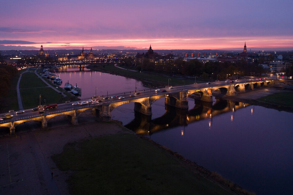 Wie die Stadt am Freitag mitteilte, ist vom Sachsenplatz kommend nur die linke Fahrspur der Albertbrücke mit dem Auto befahrbar.