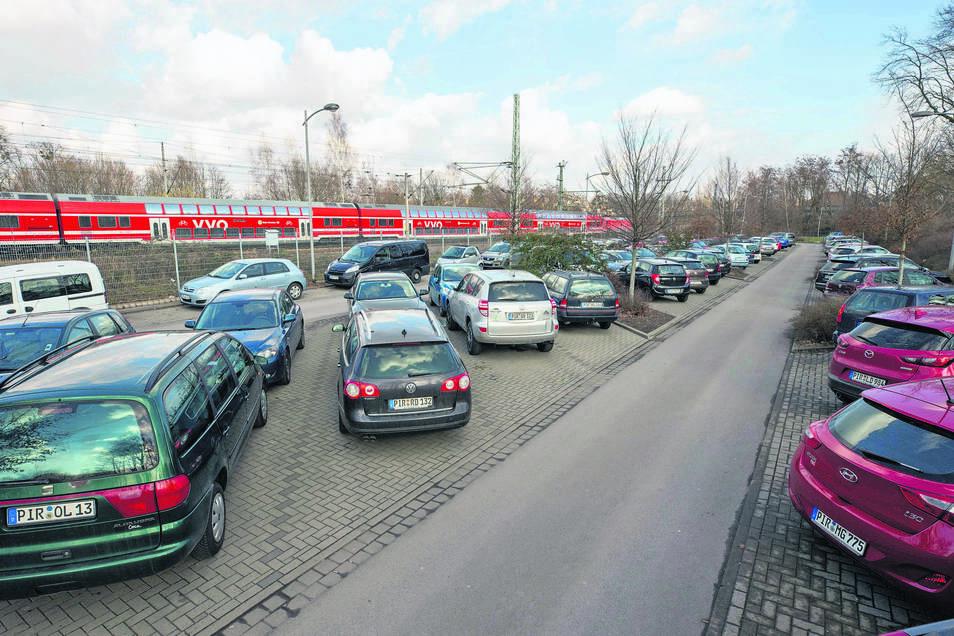 Tagsüber ist kein freier Parkplatz am Bahnhof in Pirna zu finden. Das Umsteigen auf die Bahn ist bei Pendlern nach Dresden beliebt.