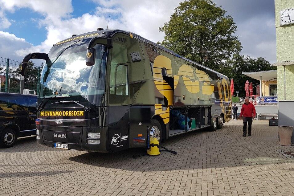 Alles einpacken und fertig zur Abreise. Der Mannschaftsbus wartet auf die Abfahrt aus Heiligenstadt.
