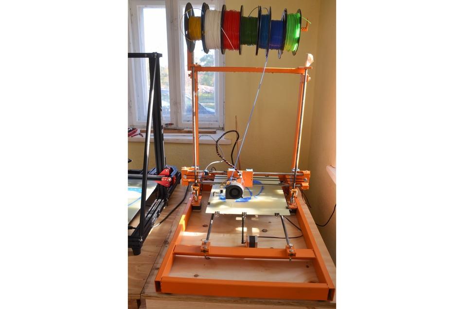 Der selbst gebaute 3-D-Drucker funktioniert und ist nun eine gute Hilfe, um die benötigten Teile zu drucken.