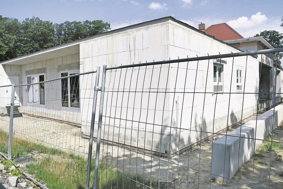 """Der Blick durch den Bauzaun zeigt, dass der Anbau der Integrativen Kindertagesstätte """"Kleine Strolche"""" in Rietschen sichtbar Fortschritte gemacht hat."""