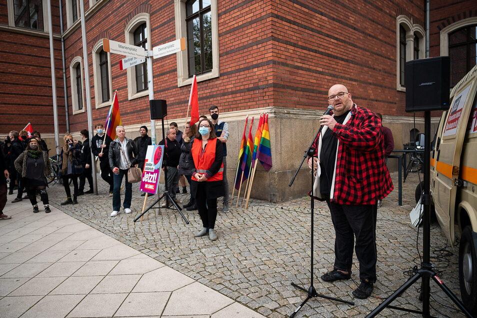Mirko Schultze, Abgeordneter im Sächsischen Landtag für die Partei Die Linke eröffnet die Kundgebung vor dem Gericht am Postplatz.