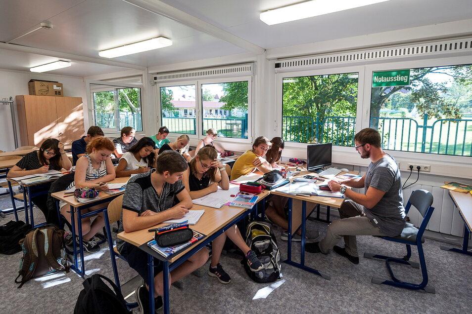 An der Oberschule Rauschwalde lernen die Schüler teilweise in Container-Klassenräumen, die auf dem Schulhof stehen. Jetzt werden die Container qualitativ verbessert.