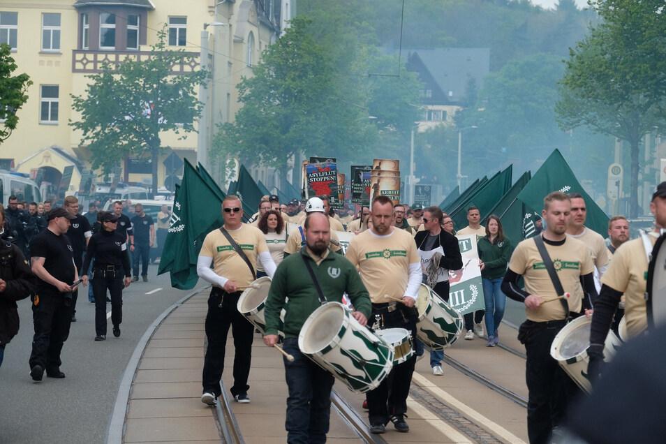 """Teilnehmer des Marsches der rechtsextremen Partei """"Der III. Weg"""" in Plauen."""