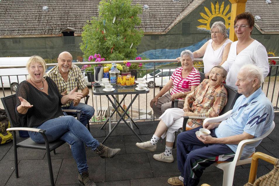 Kaffeekränzchen mit den Bewohnern: Anett Pimmé, Edgar Sauer (beide links) und Annett Kazar (hinten r.) bilden künftig gemeinsam die drei Köpfe im Sonnenhof in Leutewitz. Mit den Mietern der Seniorenwohnungen im Obergeschoss verstehen sie sich sehr gut.