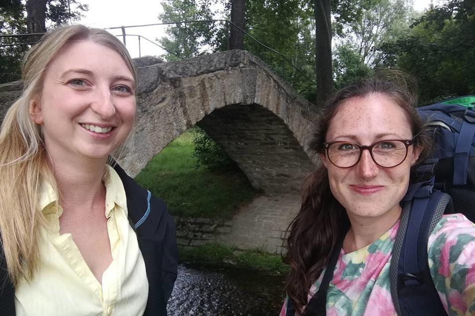 Vor dem Start zur ersten Etappe: die SZ-Reporterinnen Marleen Hollenbach (links) und Theresa Hellwig.