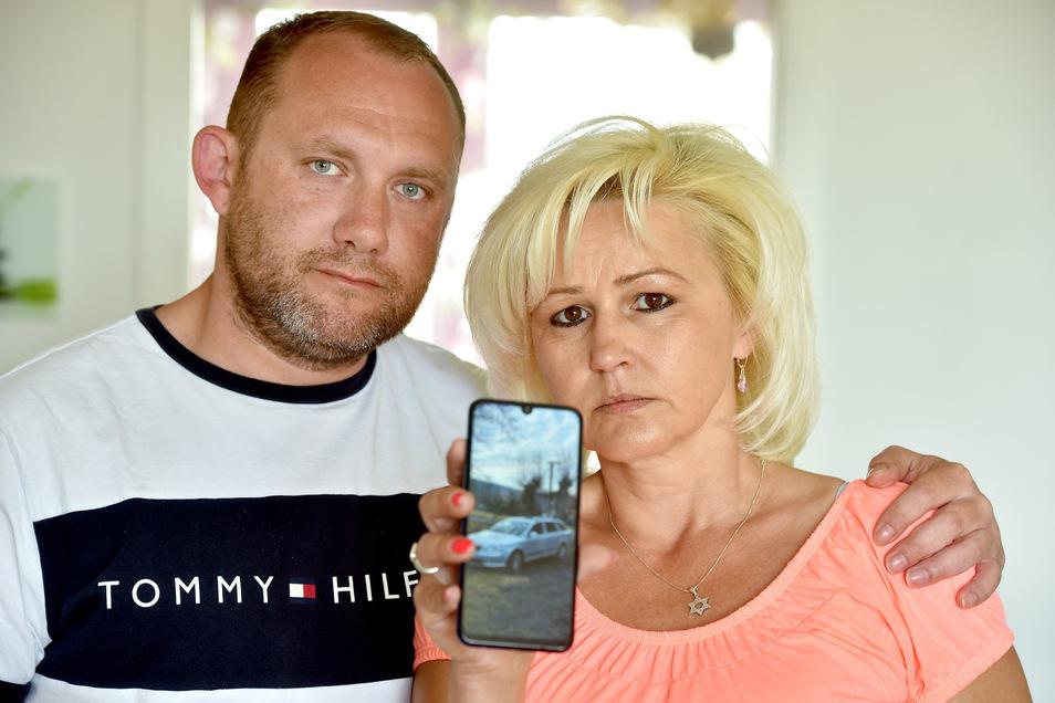 Von ihrem Skoda ist Josef Skliba und Olga Zbolcakova nur ein Handyfoto geblieben. Das Auto wurde dem tschechischen Paar in Ebersbach gestohlen.