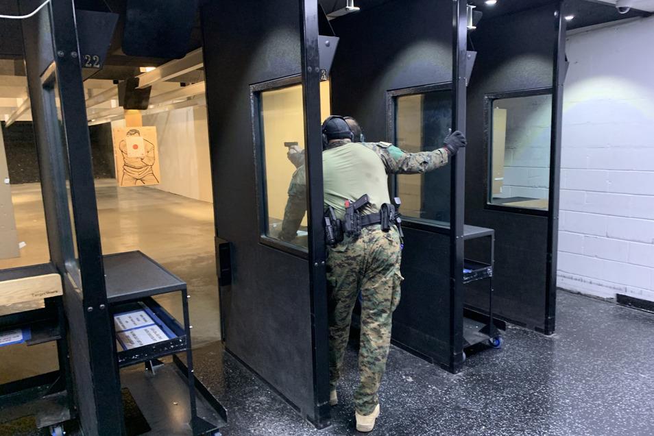 Tim Hinton, Ex-Marineinfanterist und Ausbilder in der Gilbert Indoor Range, mit einem Kursteilnehmer auf dem Schießstand