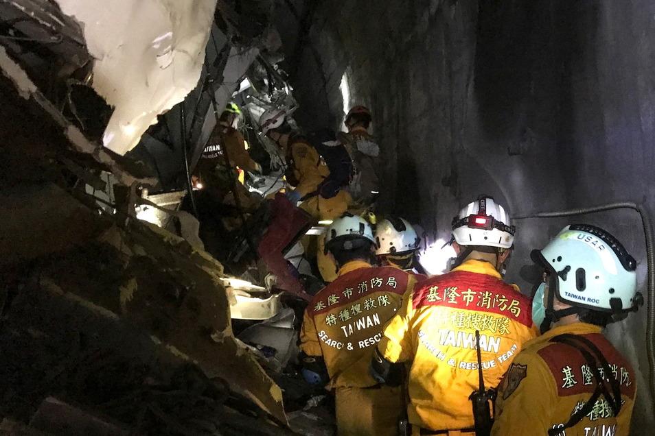 Rettungskräfte suchen nach Überlebenden.