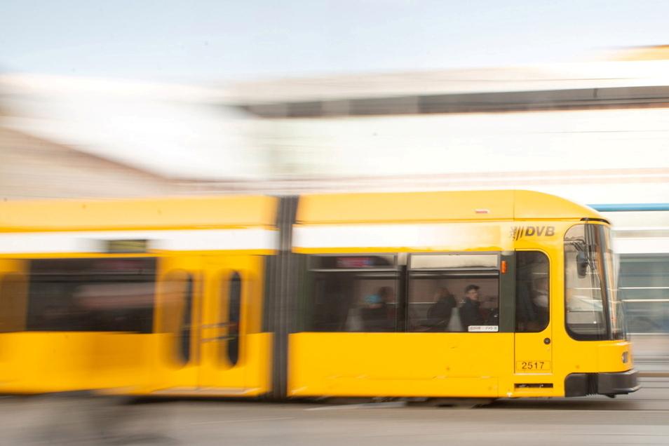 In der Straßenbahnlinie 7 Richtung Gorbitz hat ein Mann sich vor einem 14-jährigen Mädchen entblößt.