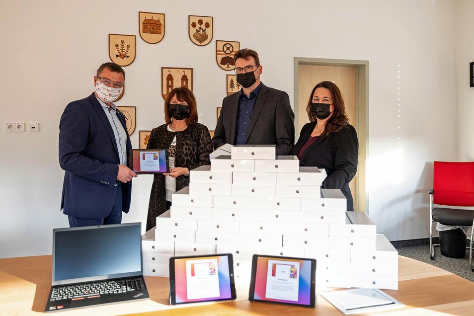 Wilsdruffs Bürgermeister Ralf Rother übergibt die Technik an die Schulleiter Kristina Heinz, Christian Stange und Kerstin Federowski.