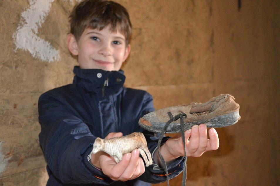 Edgar Tillmann (10 Jahre) zeigt einige der Fundstücke, die unter den alten Dielen versteckt waren.