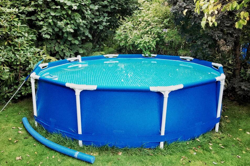 Wenn das Poolwasser ausgedient hat, sollte es in einen Abfluss gepumpt werden.