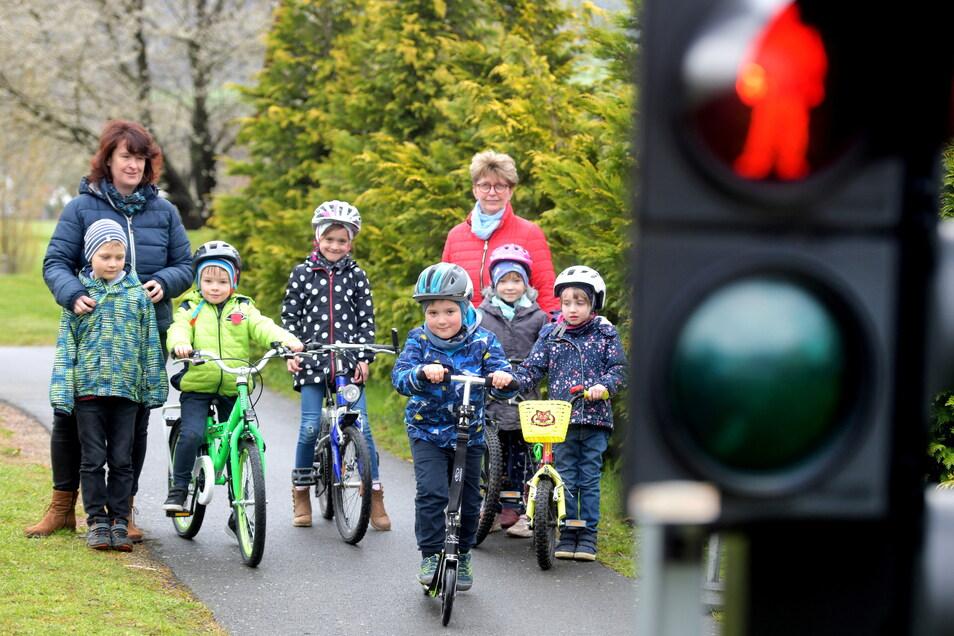 Verkehrstraining in der Awo-Kindertagesstätte Haus Sonnenschein in Löbau: Leiterin Anke Gruhl zeigt den Kindern, wie man sich im Straßenverkehr richtig verhält.