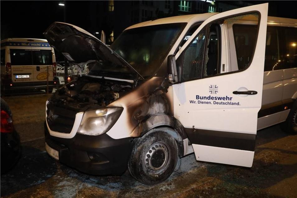 Unbekannte hatten die Fahrzeuge der Bundeswehr nach ersten Erkenntnissen der Polize in Brand gesetzt.