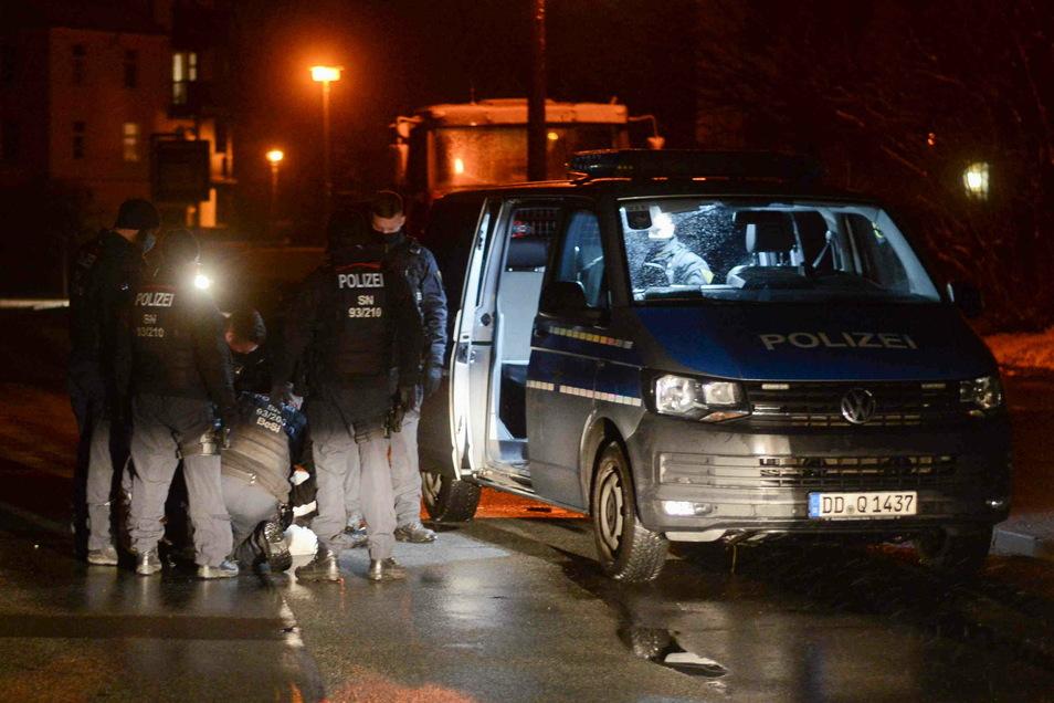 Die Beamten haben den 30-Jährigen auf der Max-Müller-Straße in Zittau festgenommen, nachdem er trotz Platzverweis zurückkehrte.
