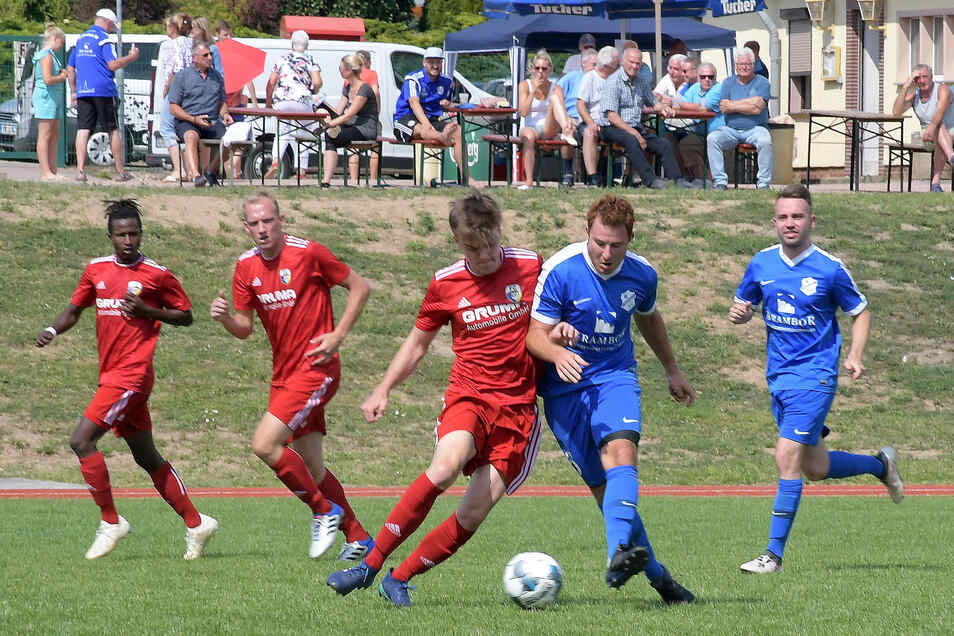 Eins von sieben Testspielen bestritt der Roßweiner SV gegen Oberligaaufsteiger FC Grimma. Dabei unterlagen Neuzugang Max Zimmermann (2. v. re.), Stanley Steenbeck (re.) und die Mittelsachsen dem hohen Favoriten zur Stadioneröffnung mit  nur 1:2.