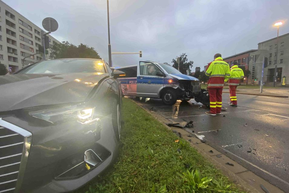 Ein Polizeiwagen und ein Audi sind in Dresden zusammengestoßen.