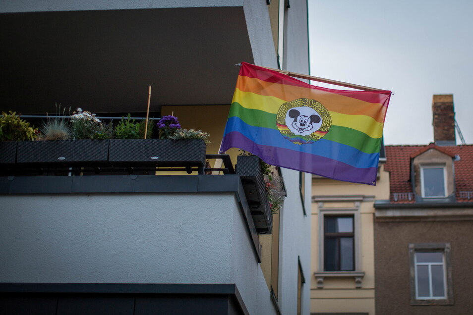 Bunte BRN-Fahnen wehten selten - nur am Julie-Salinger-Weg steckte eine am Balkon eines Neubaus.