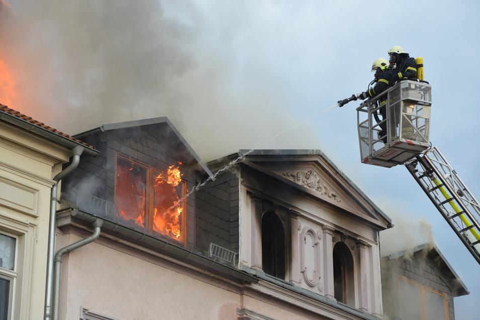 Am 30. September 2016 hatte das Feuer das gesamte Dachgeschoss zerstört. Nach den Löscharbeiten war das Haus unbewohnbar.
