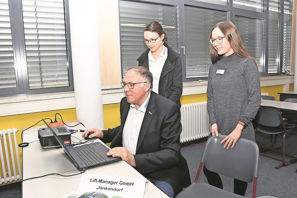 Roland Jäkel und seine Tochter Vanessa sowie Anne Hausetz (rechts) präsentierten zwei der insgesamt 17 Firmen am Tag der offenen Tür im Beruflichen Schulzentrum.
