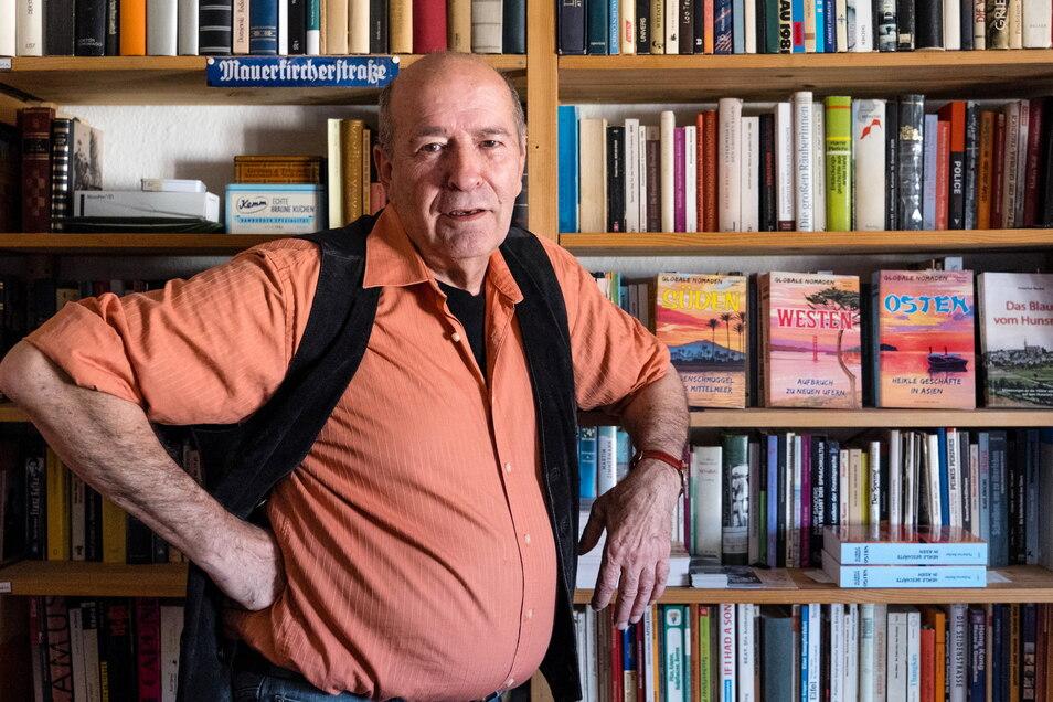 Hubertus Becker, Buchautor und ehemaliger Drogenschmuggler: Hier steht er vorm Bücherregal in seiner Wohnung in Görlitz.