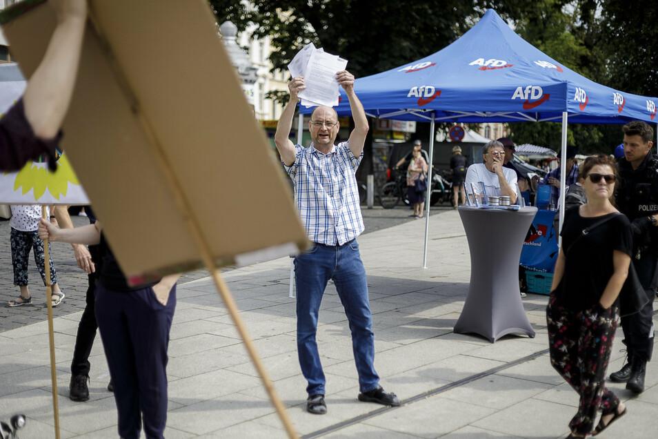 Lutz Jankus am vergangenen Sonnabend auf dem Görlitzer Marienplatz, als kurzzeitig Demonstranten, die sich für einen bunten Wochenmarkt auf der Elisabethstraße aussprachen, einen AfD-Infostand umstanden