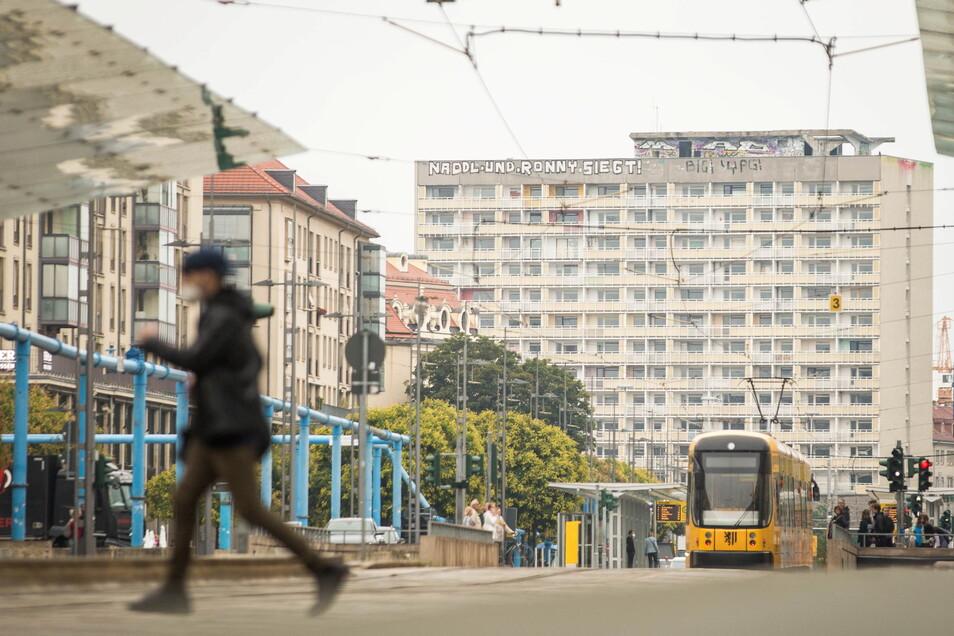 Ein Stück Dresdner Geschichte: Am Hochhaus Grunaer Straße 5 sollen im kommenden Jahr die Sanierungsarbeiten starten.