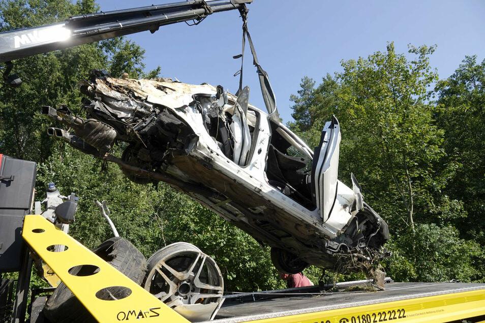 Drei Personen wurden am 16. August bei dem Unfall mit diesem Mercedes auf der A4 zwischen Siebenlehn und Berbersdorf schwer verletzt. Eine Person starb. Ursache für diesen Unfall war ein Reifenplatzer.