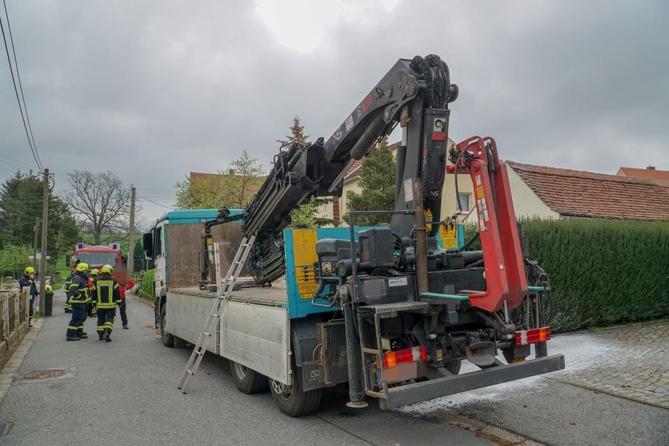 Die Hydraulikleitung des Kranes auf einem Lkw war geplatzt, sodass das Hydrauliköl austrat.