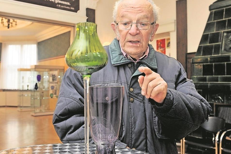 Horst Gramß hat Gläser, Vasen, Kelche, Schalen, Kerzenhalter und Schüsseln entworfen, die im In- und Ausland sehr beliebt und gefragt waren. Dafür heimste der Glasgestalter Goldmedaillen auf der Leipziger Messe und Designpreise ein.