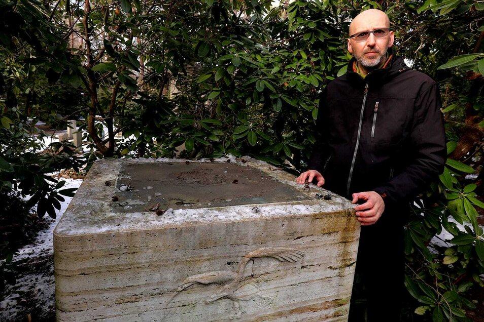 Jens Börner, Fachbereichsleiter im Urnenhain, neben dem Sockel, auf dem die Figur festgeschraubt war.