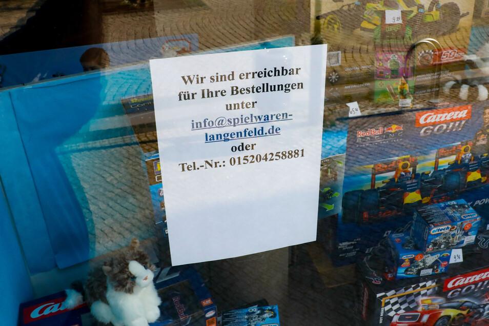 Unter anderem der Spielwarenhandel Langenfeld in Löbau auf der Bahnhofstraße wirbt mit dem Verkauf auf Bestellung.
