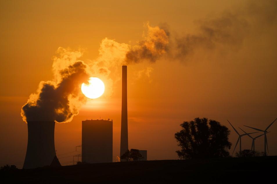 ARCHIV - 19.08.2020, Niedersachsen, Hohenhameln: Die Sonne geht hinter dem Kohlekraftwerk Mehrum im Landkreis Peine auf.