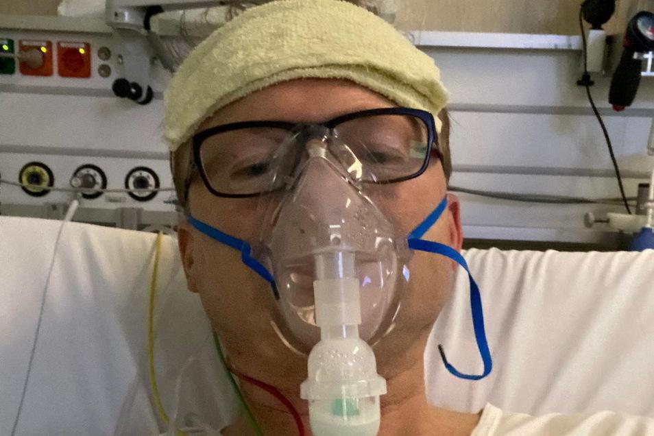Uwe Fanselow wurde nicht-invasiv beatmet. Hier ist er bereits wieder aufrecht im Bett zu sehen. Das Schlimmste sei die Krauler-Position in Bauchlage in den ersten Tagen auf der ITS gewesen.