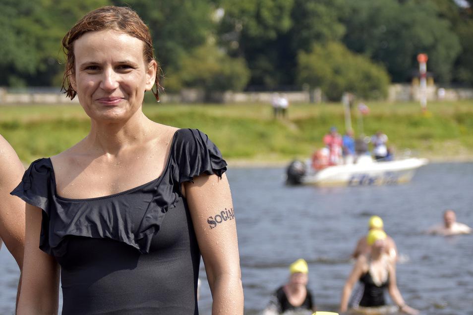 Katja Kipping stürzte sich schon ein paar Mal in die Fluten. Auch 2019 war sie beim Elbeschwimmen dabei.
