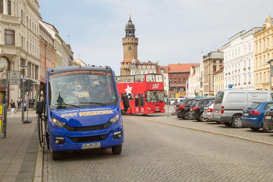 Im Sommer ist der Obermarkt voll mit Touristenbussen.
