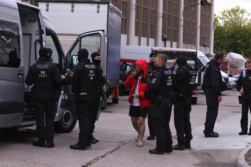 Auf dem Gewerbegelände an der Mügelner Straße waren neben der Dresdner Polizei auch Spezialkräfte des Landeskriminalamt im Einsatz.