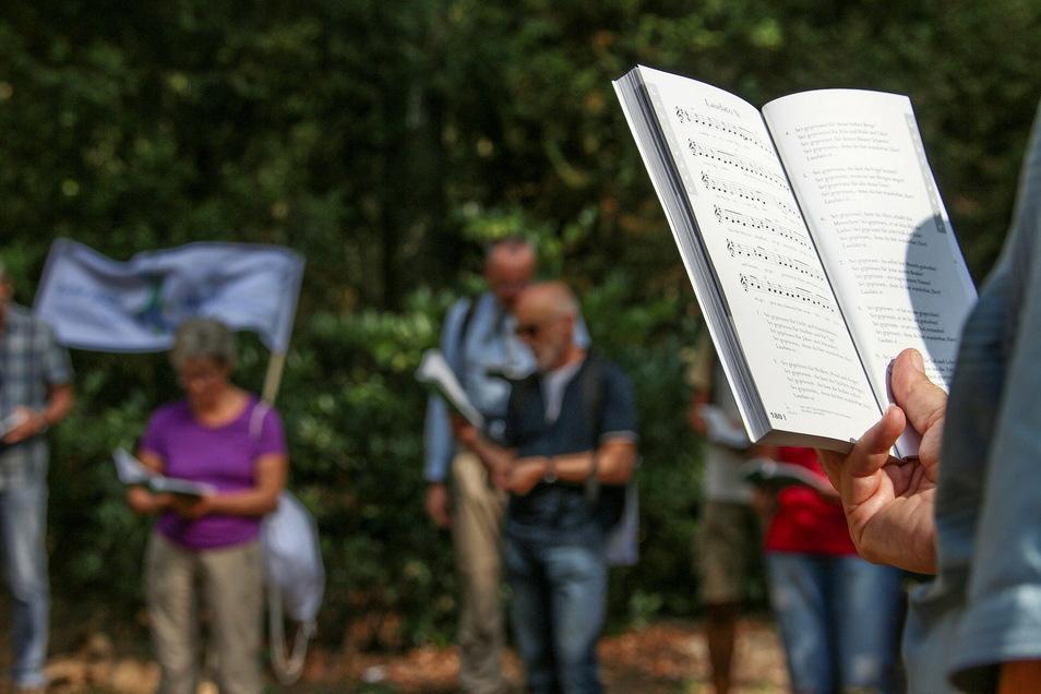 Gemeinsames Singen in der Kirche ist auch weiterhin nicht möglich. Aber nach dem Gottesdienst kann gemeinsam zum Abschluss ein Lied im Freien gesungen werden.