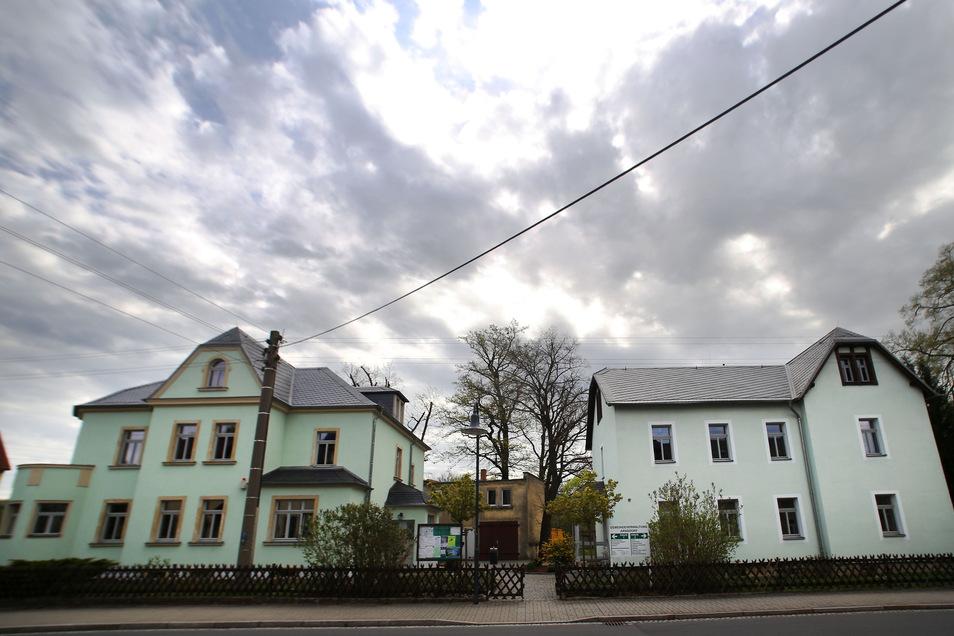Seit Monaten ist der Stuhl des Bürgermeisters im Arnsdorfer Gemeindeamt verwaist. Im September soll ein neues Gemeindeoberhaupt gewählt werden.