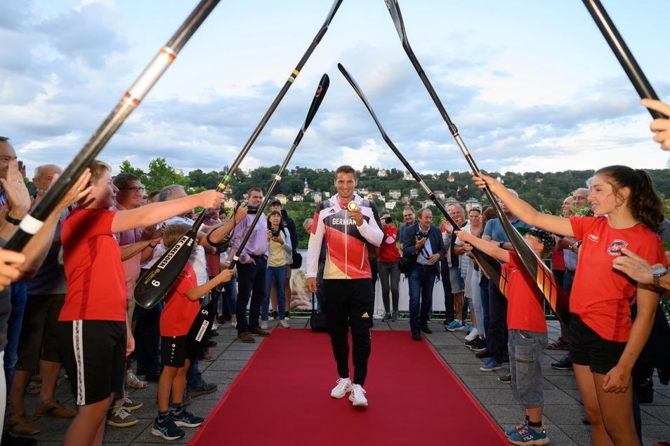 Tom Liebscher, Goldmedaillen-Gewinner in Tokio im Kajak-Vierer, wird bei der Rückkehr von den Olympischen Spielen im Kanu Club Dresden empfangen.