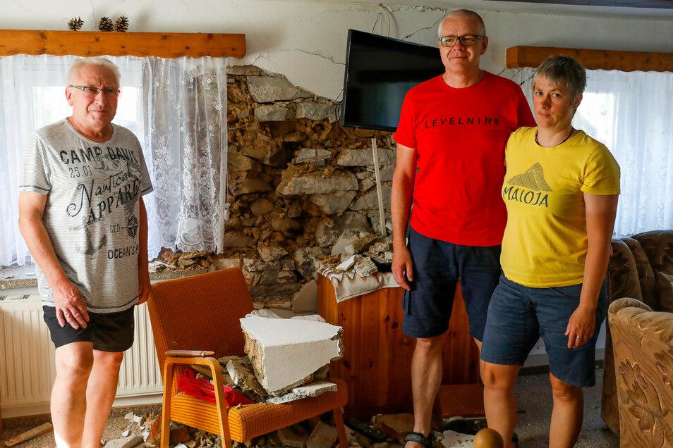 Das Zimmer ist vorerst unbewohnbar: Hartmut Pracht aus Bertsdorf-Hörnitz und seine Feriengäste Ulrike und Sven Zechner sind erst einmal ratlos.