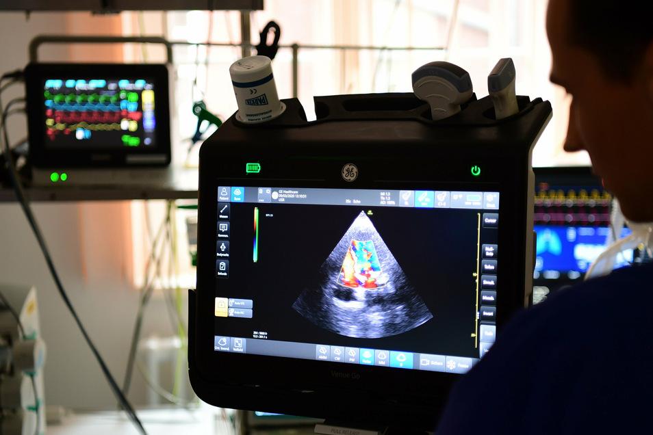 Ein Arzt untersucht das Herz eines Patienten mit Ultraschall.