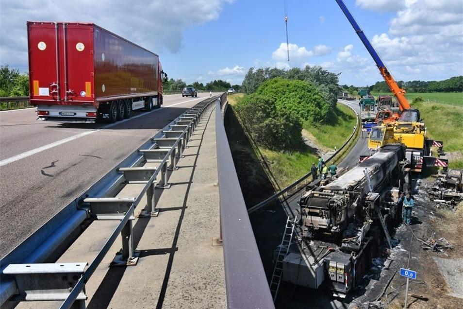 Am Mittwoch ist die Brücke, in deren Nähe der Kran in Brand geraten war, begutachtet worden. Wie hoch der Schaden an dem Bauwerk ist, stand bis Mittwochabend noch nicht fest. Rund 20 Meter Fahrbahn sind beschädigt worden.