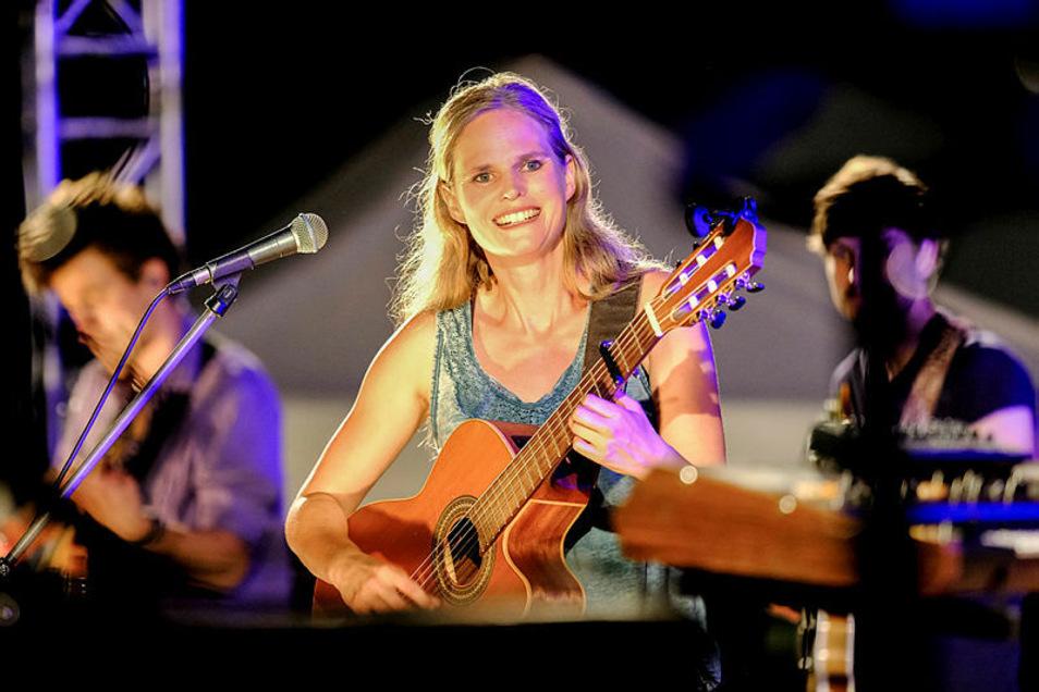 Dota ist bei den Picknick-Konzerten in der Dresdner Flutrinne zu sehen und zu hören.